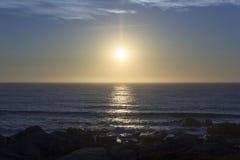 Ηλιοβασίλεμα, ορίζοντας, ορίζοντας και βράχοι Στοκ Εικόνες