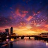 Ηλιοβασίλεμα οριζόντων του Λονδίνου στον ποταμό του Τάμεση στοκ εικόνα