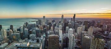 Ηλιοβασίλεμα οριζόντων του Σικάγου με τη λίμνη Μίτσιγκαν Στοκ εικόνα με δικαίωμα ελεύθερης χρήσης