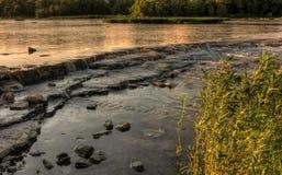Ηλιοβασίλεμα ορμητικά σημείων ποταμού ποταμών Στοκ Εικόνες