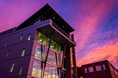 Ηλιοβασίλεμα πέρα από ένα σύγχρονο κτήριο στην Υόρκη, Πενσυλβανία Στοκ φωτογραφία με δικαίωμα ελεύθερης χρήσης