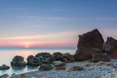 Ηλιοβασίλεμα πέρα από μια από τις παραλίες στοκ εικόνα