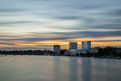 Ηλιοβασίλεμα πέρα από στο κέντρο της πόλης Umea, Σουηδία στοκ εικόνες