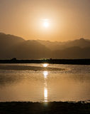 Ηλιοβασίλεμα πέρα από τα βουνά και τη λιμνοθάλασσα νότιο Sinai, Dahab Στοκ Εικόνα