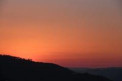 Ηλιοβασίλεμα πέρα από τα βουνά στοκ φωτογραφίες