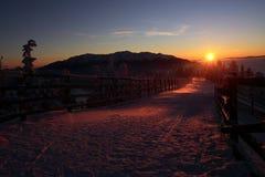 Ηλιοβασίλεμα πέρα από τα βουνά Bucegi, Brasov, Ρουμανία Στοκ Φωτογραφία