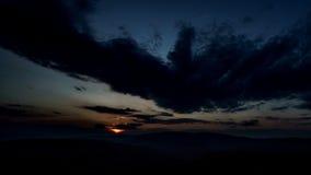 Ηλιοβασίλεμα πέρα από τα βουνά 4K, χρόνος-σφάλμα απόθεμα βίντεο