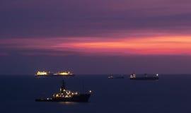 Ηλιοβασίλεμα πέρα από τα δεμένα σκάφη εμπορευματοκιβωτίων σε Kaohsiung Στοκ Φωτογραφία