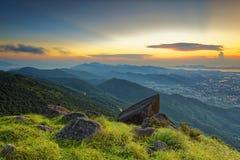 Ηλιοβασίλεμα πέρα από τα νέα εδάφη στο Χογκ Κογκ στοκ φωτογραφία