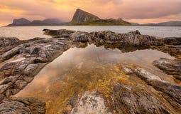 Ηλιοβασίλεμα πέρα από τα νησιά Lofoten, Νορβηγία Στοκ Εικόνες