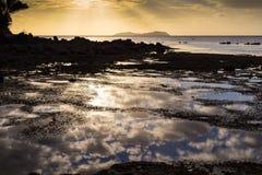 Ηλιοβασίλεμα πέρα από τα ωκεάνια νησιά Στοκ φωτογραφίες με δικαίωμα ελεύθερης χρήσης