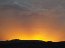 Ηλιοβασίλεμα πέρα από τα δύσκολα βουνά Στοκ φωτογραφίες με δικαίωμα ελεύθερης χρήσης