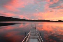 Ηλιοβασίλεμα πέρα από την ήρεμη λίμνη βουνών στοκ φωτογραφίες