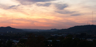 Ηλιοβασίλεμα πέρα από την ήρεμη πόλη Στοκ Εικόνες