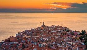 Ηλιοβασίλεμα πέρα από την αδριατική θάλασσα και την παλαιά πόλη Piran, Σλοβενία Στοκ εικόνα με δικαίωμα ελεύθερης χρήσης