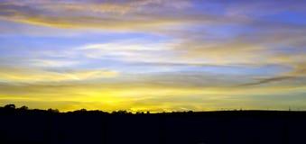 Ηλιοβασίλεμα πέρα από την επαρχία Britsh στοκ εικόνα