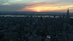 Ηλιοβασίλεμα πέρα από την κεραία πόλεων της Νέας Υόρκης απόθεμα βίντεο