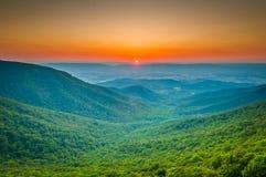 Ηλιοβασίλεμα πέρα από την μπλε κορυφογραμμή και την κοιλάδα Shenandoah από το ημισεληνοειδές Ρ στοκ φωτογραφία