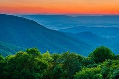 Ηλιοβασίλεμα πέρα από την μπλε κορυφογραμμή και την κοιλάδα Shenandoah από το ημισεληνοειδές Ρ στοκ εικόνες
