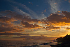 Ηλιοβασίλεμα πέρα από την παραλία Kauai, Χαβάη Στοκ φωτογραφία με δικαίωμα ελεύθερης χρήσης