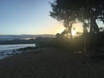 Ηλιοβασίλεμα πέρα από την παραλία Kauai Χαβάη Στοκ Εικόνα