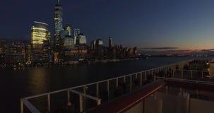 Ηλιοβασίλεμα πέρα από την πόλη και τους τουρίστες της Νέας Υόρκης στο σκάφος που απολαμβάνει κατά την άποψη, - ΗΠΑ-νέα Υόρκη απόθεμα βίντεο
