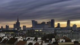 Ηλιοβασίλεμα πέρα από την πόλη της Βαρσοβίας κεντρικός απόθεμα βίντεο