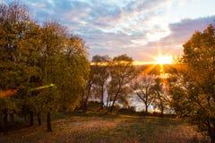 Ηλιοβασίλεμα πέρα από τη λίμνη και το πάρκο στοκ εικόνες