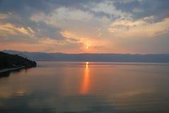 Ηλιοβασίλεμα πέρα από τη λίμνη Οχρίδα και τα αλβανικά βουνά στοκ εικόνες