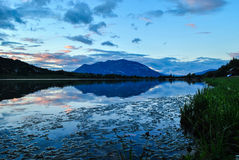 Ηλιοβασίλεμα πέρα από τη λίμνη Στοκ Φωτογραφίες