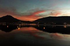 Ηλιοβασίλεμα πέρα από τη λίμνη Annecy Στοκ Φωτογραφίες