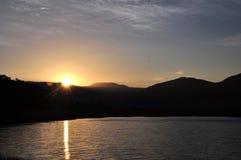 Ηλιοβασίλεμα πέρα από τη λίμνη Lugu Στοκ Εικόνες