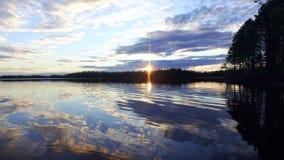 Ηλιοβασίλεμα πέρα από τη δασική λίμνη απόθεμα βίντεο