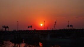 Ηλιοβασίλεμα πέρα από τη γέφυρα απόθεμα βίντεο