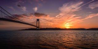 Ηλιοβασίλεμα πέρα από τη γέφυρα Verrazano Στοκ Εικόνα