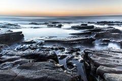 Ηλιοβασίλεμα πέρα από τη θάλασσα με μερικούς βράχους στο κατώτατο σημείο Miramar, Νικαράγουα Στοκ εικόνα με δικαίωμα ελεύθερης χρήσης