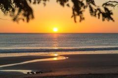 Ηλιοβασίλεμα πέρα από τη θάλασσα σε Playa Santana, Νικαράγουα Στοκ Εικόνα