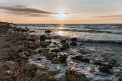 Ηλιοβασίλεμα πέρα από τη θάλασσα στα θερμά χρώματα στοκ εικόνες