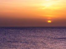 Ηλιοβασίλεμα πέρα από τη θάλασσα στον κόλπο Montego, Τζαμάικα Στοκ Εικόνες