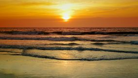 Ηλιοβασίλεμα πέρα από τη θάλασσα