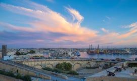 Ηλιοβασίλεμα πέρα από τη Μάλτα με τα πυροβόλα Valletta - της Μάλτας Στοκ εικόνες με δικαίωμα ελεύθερης χρήσης