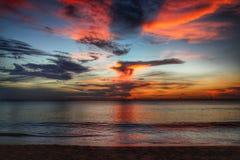 Ηλιοβασίλεμα πέρα από τη μακριά παραλία - Koh Lanta Στοκ εικόνα με δικαίωμα ελεύθερης χρήσης