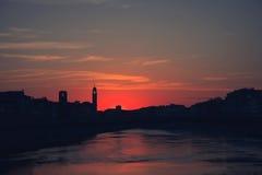 Ηλιοβασίλεμα πέρα από τη μαύρη σκιαγραφία του cityline της Πίζας και του ποταμού του Aron Στοκ εικόνες με δικαίωμα ελεύθερης χρήσης