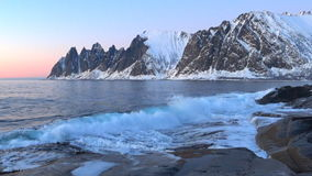 Ηλιοβασίλεμα πέρα από τη σειρά βουνών Okshornan στο νησί Senja στη βόρεια Νορβηγία απόθεμα βίντεο