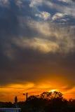 Ηλιοβασίλεμα πέρα από τη σκιαγραφία πόλεων Στοκ εικόνα με δικαίωμα ελεύθερης χρήσης