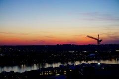 Ηλιοβασίλεμα πέρα από τη ΣΥΝΕΧΗ προκυμαία και τον ορίζοντα του Άρλινγκτον Βιρτζίνια Στοκ Φωτογραφίες