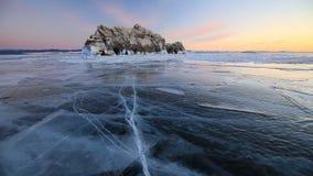Ηλιοβασίλεμα πέρα από τη χειμερινή λίμνη Baikal απόθεμα βίντεο