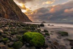 Ηλιοβασίλεμα πέρα από τη δύσκολη ακτή ΙΙΙ στοκ εικόνα