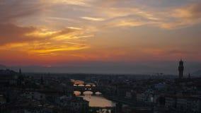 Ηλιοβασίλεμα πέρα από τις γέφυρες μέσω του ποταμού Arno απόθεμα βίντεο