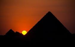 Ηλιοβασίλεμα πέρα από τις πυραμίδες Στοκ φωτογραφία με δικαίωμα ελεύθερης χρήσης